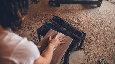 Άνδρας κόβει ξύλο